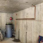 Обемен бойлер, разположен в мазето. Водата в него се затопля от газов котел на пропан бутан, разположен на горния етаж